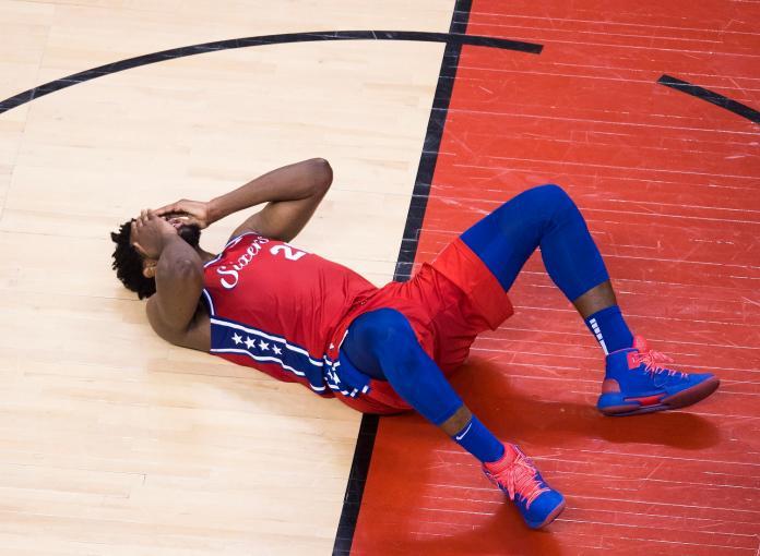 NBA/痛!樂極生悲 恩比德扣籃後左膝過度伸展退場