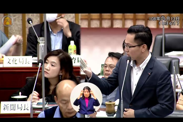 ▲韓國瑜面對林智鴻議員問題拒答,直接坐下。(圖/翻攝自高雄市議會)