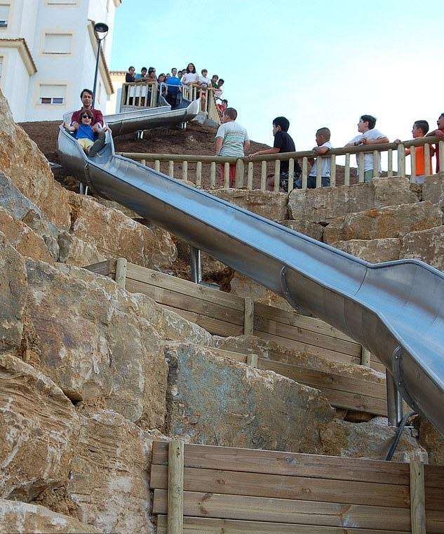 ▲這條不鏽鋼滑梯被譽為西班牙最長,坡度介於 32 度至 34 度。(圖/翻攝自網路)