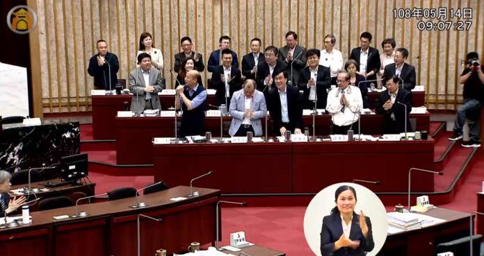 國民黨市議員王義雄讚揚韓國瑜表現,要求市府官員起立替韓鼓掌。 (圖/翻攝高雄市議會直播)