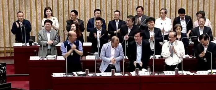 影/藍營議員讚許韓國瑜施政101分 要列席官員起立<b>鼓掌</b>