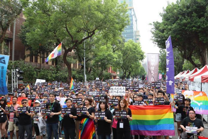 今(14)日立法院針對同性婚姻法案展開逐條審查,但對於三部專法關鍵條文仍未取得共識,17日立法院院會將接續處理。(圖/婚姻平權大平台提供)