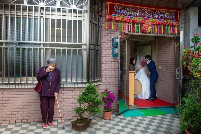 ▲不捨孫女出嫁…90歲奶奶「躲窗外拭淚」,這畫面千人淚崩。(圖/「 See'N Image Studio 看見影像工作室」授權提供)
