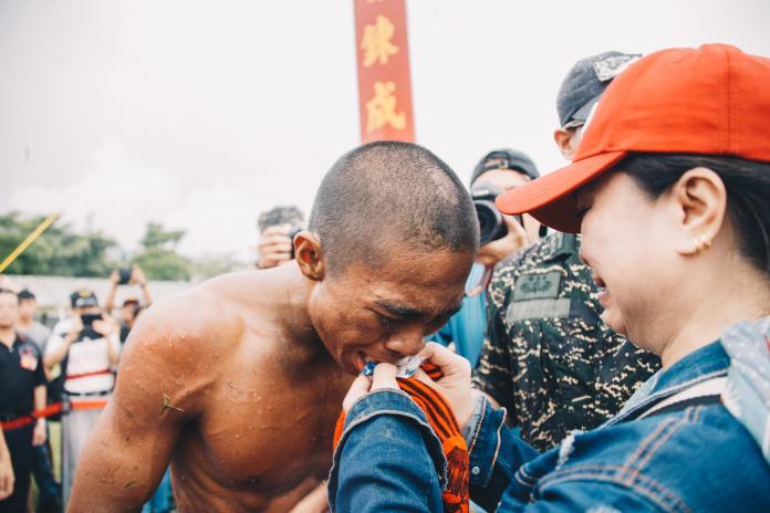 ▲通過天堂路考驗的學員,由家屬親餵象徵「苦盡甘來」的糖果。(圖/軍聞社提供)