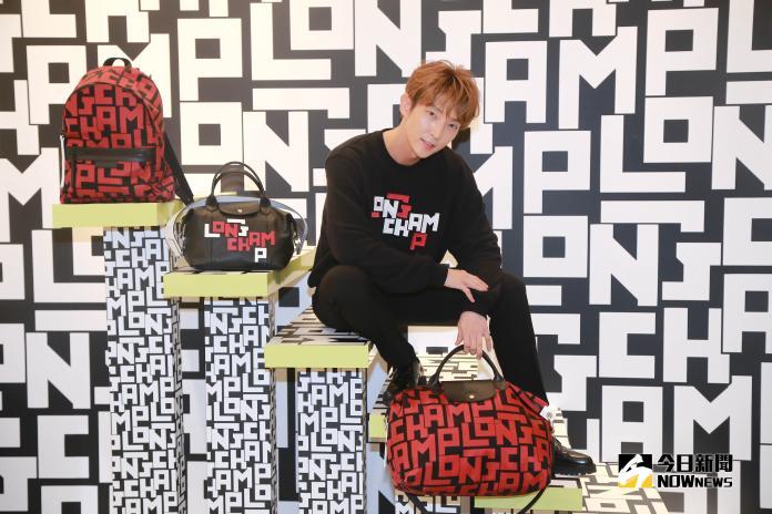 ▲活潑的李準基,在台北 101 LONGCHAMP 旗艦店玩得不亦樂乎。(圖/記者葉政勳攝 , 2019.05.15)