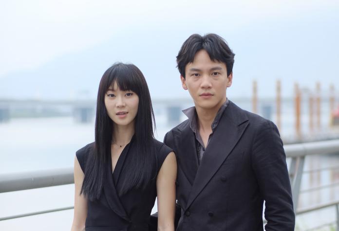 ▲鍾瑶(左)和曹晏豪承認交往中。(圖/光譜映像)