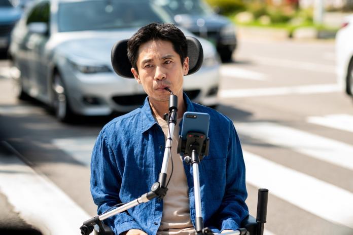 002【完美搭檔】劇照_劇組安排申河均「馬路飆輪椅」戲碼,嚇得他一身冷汗