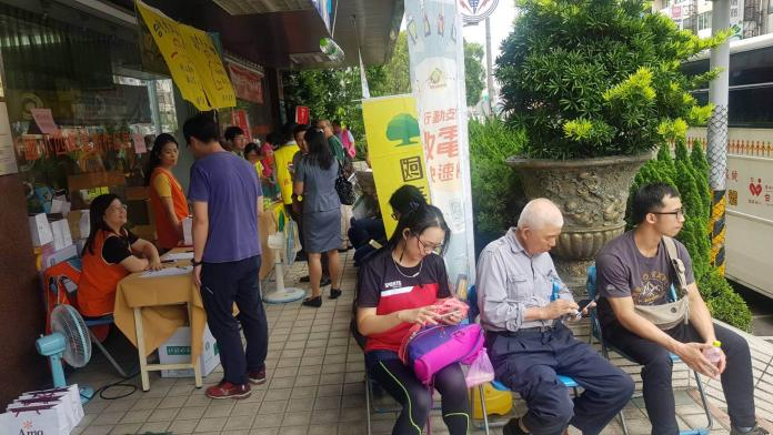 <br> ▲台灣電力公司彰化區處舉辦「熱血台電‧捐起來」活動,許多台電人,連洽公的民眾也伸出溫暖的雙手以實際行動紛紛響應。(圖/記者陳雅芳攝,2019.05.16)