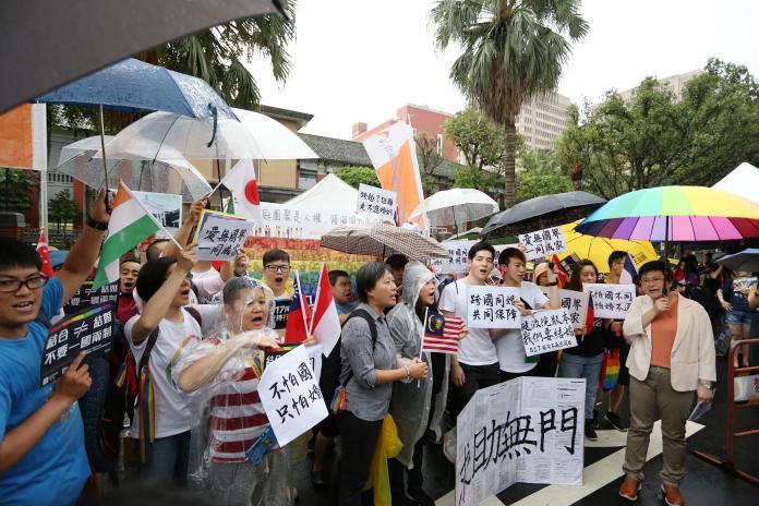 四萬民眾冒雨挺同婚 籲跨國同性婚姻不要「一國四制」
