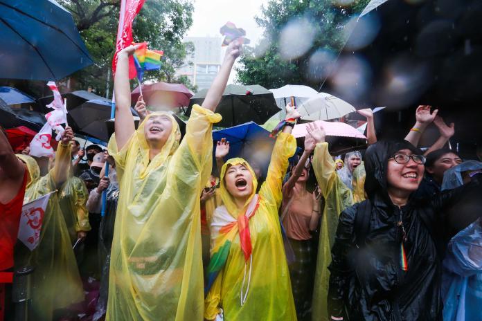 ▲立院審理同婚專法,場外來了許多同志團體聲援。(圖/記者葉政勳攝 , 2019.05.17)