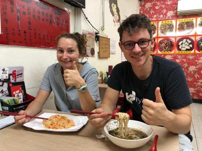 <br> ▲來自法國、在台灣工作的這2位客人,驚艷這特別的香酸麻辣,大讚好吃!(圖/記者陳聖璋)