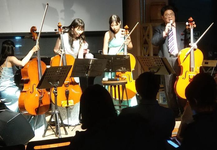 ▲大提琴家蔡福桂(右1)首次舉辦戶外公益音樂會活動。(圖/記者黃謝美蘭攝,2019.05.18)