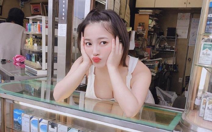 多圖/I Cup風騷老闆娘「巨乳登書報攤」攬客