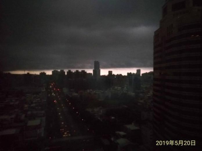 ▲一轉頭嚇傻!黑雲一秒吞沒市區…高雄「世界末日」照曝光。(圖/翻攝自爆廢公社)