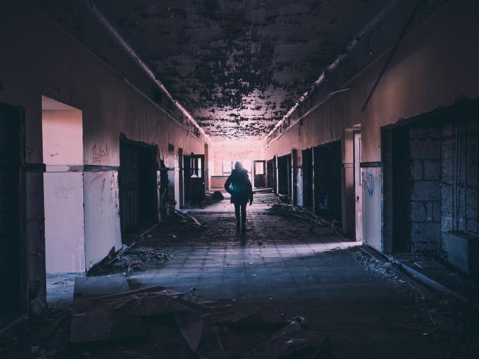 夜半投宿<b>旅社</b>怪事頻頻 大清早出門一轉頭卻變成廢棄診所