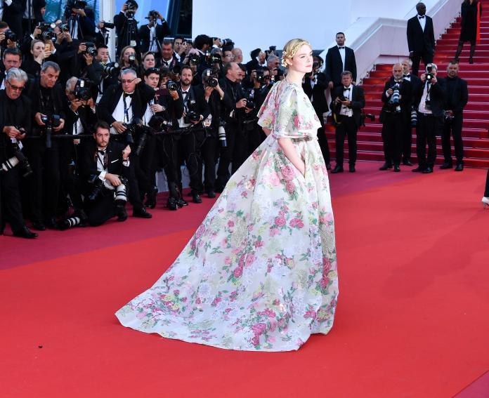 ▲艾兒芬妮以 VALENTINO 高訂服驚豔紅毯。(圖/VALENTINO提供)