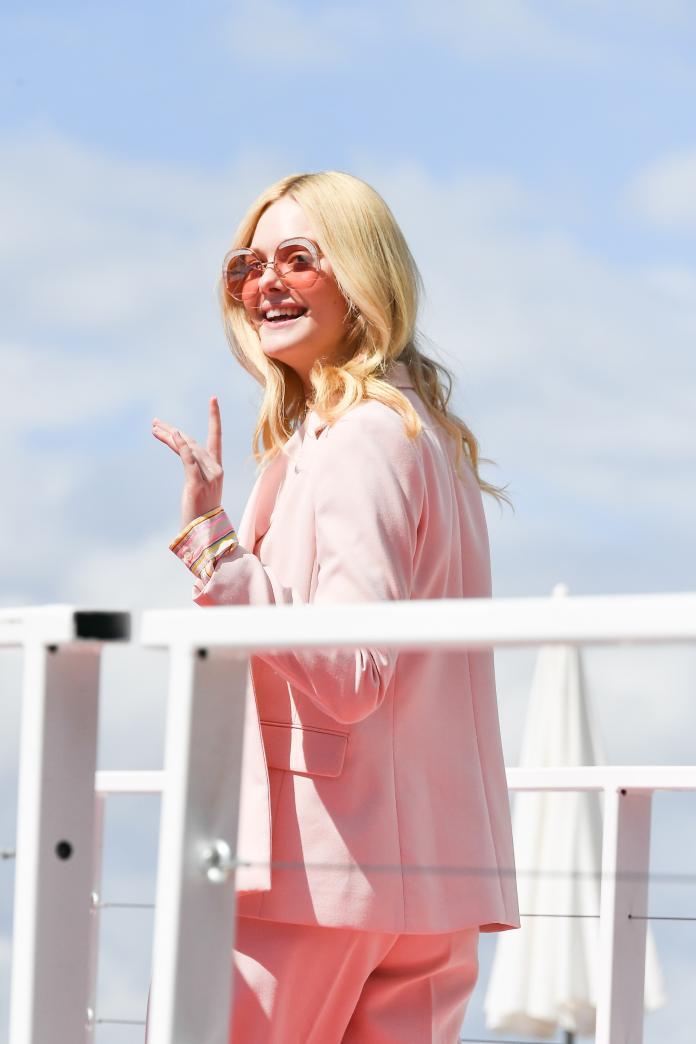 ▲艾兒芬妮選擇自帶光芒的淺粉色墨鏡做搭配,即使不走紅毯一樣超吸睛。(圖/FENDI提供)