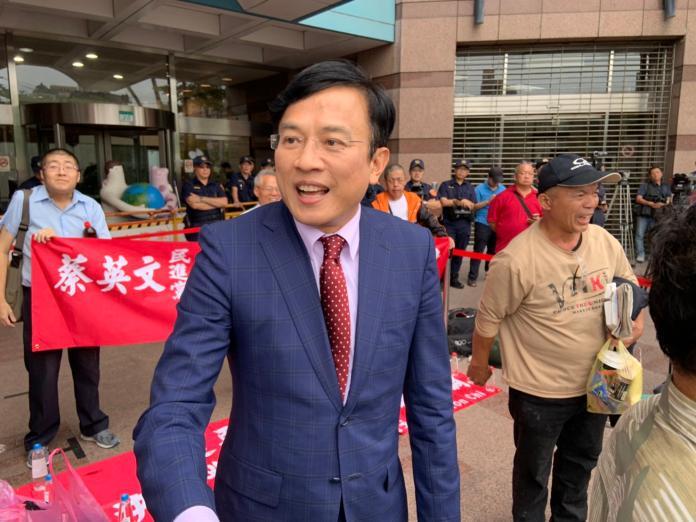 ▲賴清德支持者聚集在民進黨中央,政論節目主持人彭文正也到場。