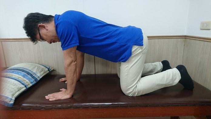 影/農民每天長時間彎腰易罹患下背痛 貓拱背運動可改善