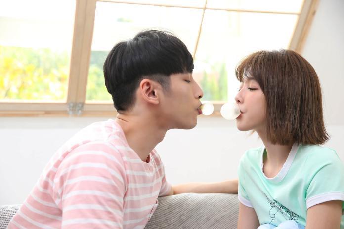▲邵雨薇的歌曲〈黏度最佳新人〉MV找來章廣辰擔任男主角。(圖/寬宏藝術提供)