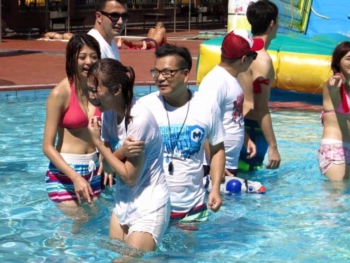 <br> ▲李懿(中)在沈玉琳主持的《名模出任務》玩遊戲。(圖/臉書)