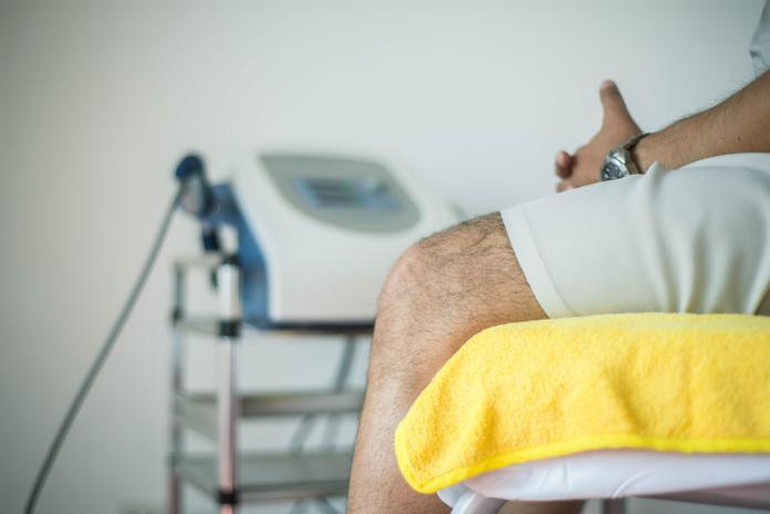 ▲提到玻尿酸多想到用於醫美,但其實玻尿酸對於膝關節的治療與保養也有助益。(示意圖/取自 Unsplash )