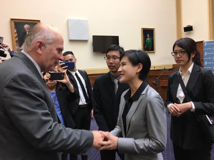 文化部鄭麗君部長參加 《我們的青春,在台灣》紀錄片放映會,與美國國會眾議院Steve Chabot(左)寒暄致意。(圖/文化部提供)