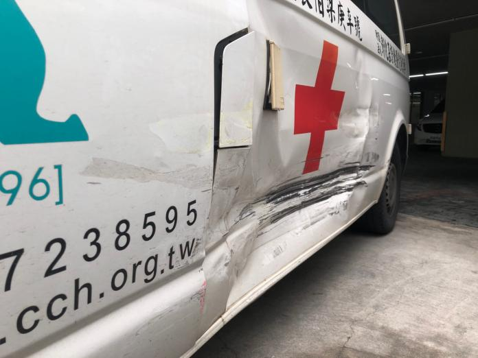 <br> ▲彰化基督教醫院救護車還被撞凹10公分。(圖/記者陳雅芳翻攝,2019.05.23)