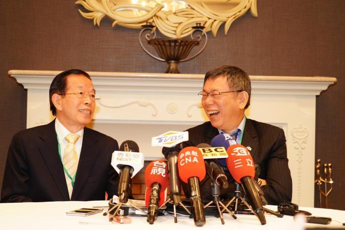 受邀訪問日本的台北市長柯文哲23日晚間在東京與駐日大使謝長廷晚宴。(圖 / 台北市政府提供)