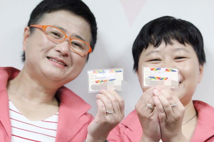 伴侶盟律師許秀雯(左)與秘書長許秀雯如願登記,秀出身分證後配偶欄。(圖/伴侶盟提供)