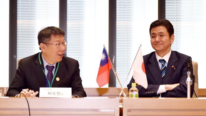 台北市長柯文哲2016年1月曾與岸信夫會晤留影。(圖 / 台北市政府提供)