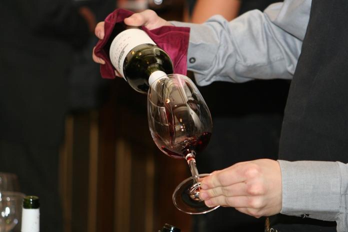 紅酒永遠不能倒滿?喝前別「瞎晃酒杯」 背後藏驚人學問