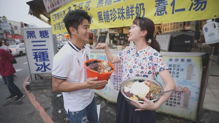 <br> ▲郭彥均、巴鈺手拿超狂水桶冰和臉盆冰。(圖/中天提供)