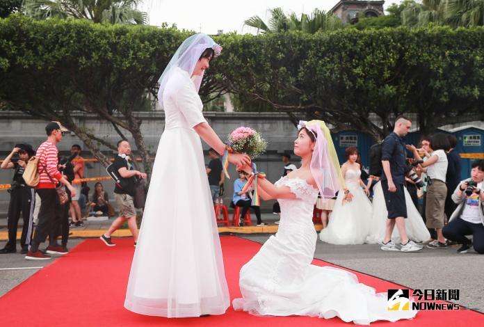 ▲伴侶盟舉辦「2019凱道同婚宴」,多對同志新人齊聚凱道。(圖/記者葉政勳攝 , 2019.05.25)