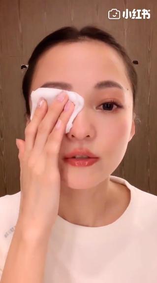 ▲張韶涵以濃妝入鏡,並一一卸下臉上的化妝品。(圖/微博)