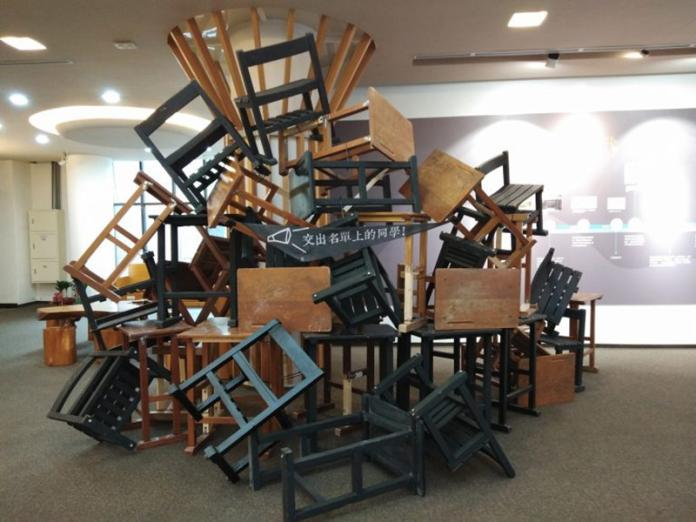 展覽現場還原當時學生堵住宿舍入口的課桌椅。(初聲/吳芝頤攝)