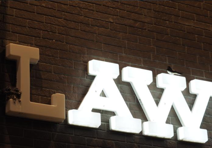 ▲位於日本四國道後溫泉附近的一間「 LAWSON 」超商招牌,「 L 」卻沒有亮燈,店員道出真正原因,立刻暖哭廣大網友。(圖/翻攝自推特)
