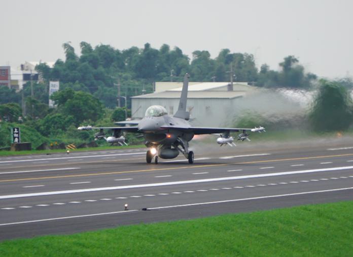 ▲漢光35號演習28日實施彰化戰備道起降操演,F-16V戰機在補充油料、加掛彈藥後起飛迎敵。(圖/記者呂炯昌攝, 2019.5.28)