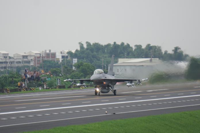 ▲漢光35號演習「彰化戰備道實兵操演」,F-16V
