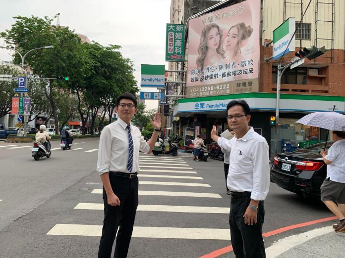 ▲議員張耀中(右)、黃守達(左)指出,街頭醫美診所的帆布廣告多是用俊男美女的示意圖招攬。 (圖/張耀中服務處提供2019.5.28)