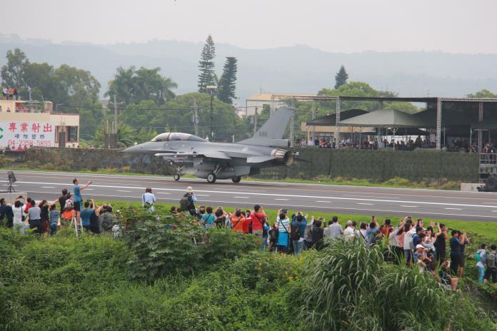 影/漢光35號演習 戰機國道起降英姿蔡英文喊「讚」