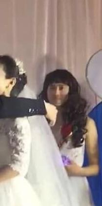 ▲新郎事後解釋,婚禮在半個月前舉行,主要為了好玩和喜慶,才會在婚禮上設立這個橋段,並非新娘找不到人當伴娘,該名伴娘是他的高中同學兼好友,現在已經有女友。(圖/翻攝自微博)
