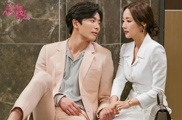 ▲鐘擺設計的寶石耳環,為穿著正式套裝的成德美策展人妝點女人味。(圖/tvN 드라마(Drama)臉書)