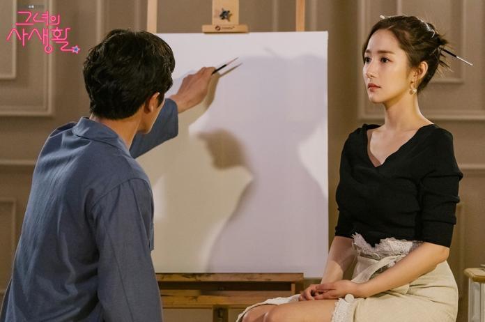 ▲珍珠垂墜耳環時髦又經典的溫婉形象,氣質出眾。(圖/tvN 드라마(Drama)臉書)