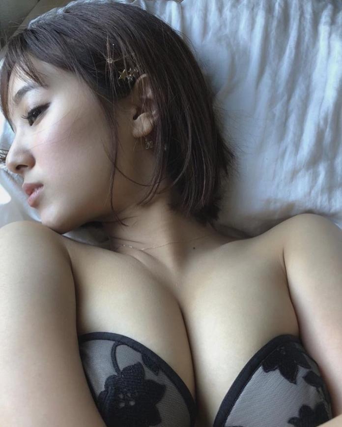 ▲西原愛夏也是一名寫真女星,她還參與過不少戲劇演出,在網路上小有名氣,身材姣好的她常在社群網站分享性感美照造福網友。(圖/翻攝自 manakanishihara IG )
