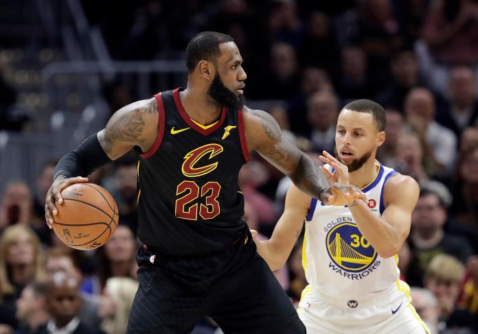 ▲LeBron James(左)、Stephen Curry是總冠軍賽老對手了。(圖/美聯社/達志影像)
