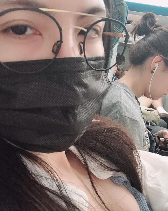 ▲魏蔓在高鐵車廂玩自拍,好身材意外成焦點。(圖/IG)