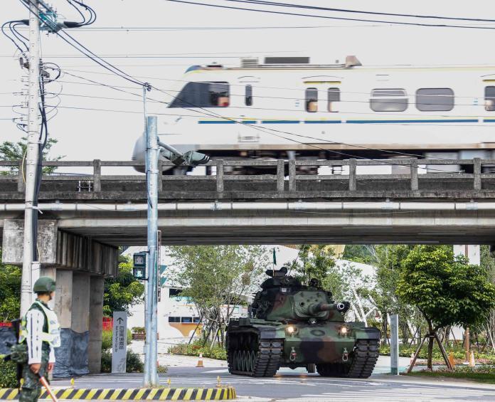 ▲漢光演習期間陸軍所操演的的戰車機動科目,即使是外圍的警戒兵力也是無法有效驅趕民眾拍照的。(圖/軍聞社提供)