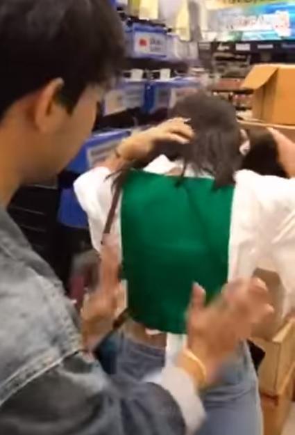 ▲接著又買了墨綠色的 A4 紙,將裸露的後背直接貼起來。(圖/翻攝自 ดนัย ขุนศรี 臉書)
