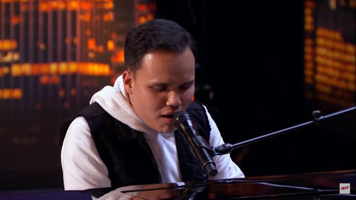▲當柯迪坐上鋼琴椅彈動鋼琴時,評審瞪大了眼,全場驚呼連連,不敢相信自己的眼睛。 (圖/翻攝自影片)